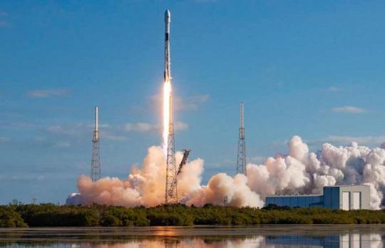SpaceX запустила ракету с рекордным числом спутников
